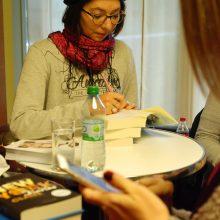 Adriana Popescu im Signieren
